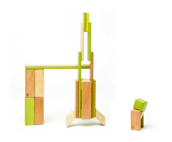 Hračky pre chlapcov. Magnetická stavebnica. Drevenné hračky.